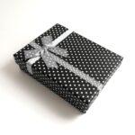 Fekete pöttyös ajándékdoboz, díszdoboz