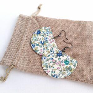 Fehér alapon finom kékes virágmintás Félhold textilékszer