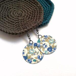 Fehér alapon kék virágos Midi textilfülbevaló