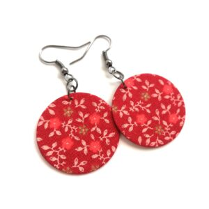Meleg piros alapon apró virágos Midi fülbevaló