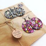 Okkersárga és tavaszi kis virágos Félhold Extra textilfülbevaló