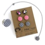 Virágmintás, hideg rózsaszín, tyúklábmintás komplett ékszerszett – 3 pár fülbevaló gyűrűvel és nyaklánccal