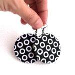 Fekete alapon fehér köröcskés Maxi textilfülbevaló